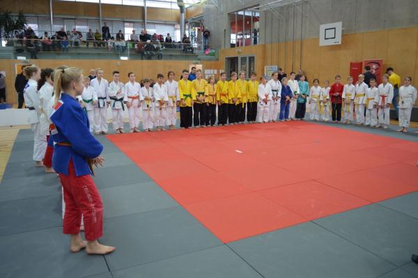 Aufstellung der Sportlerinnen und Sportler zum Turnier (Quelle: Judo Club - SV Treffen)